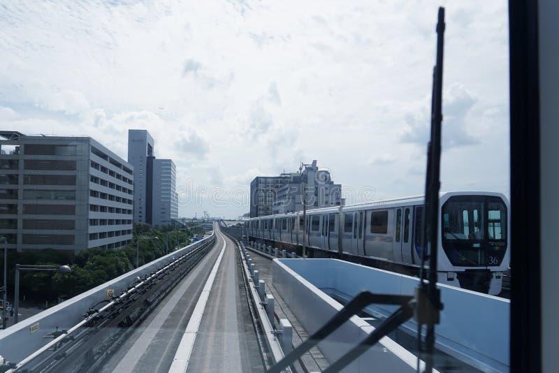 Landschaft eines Zugs, der auf die erhöhte Schiene von Yurikamome reist lizenzfreie stockfotografie