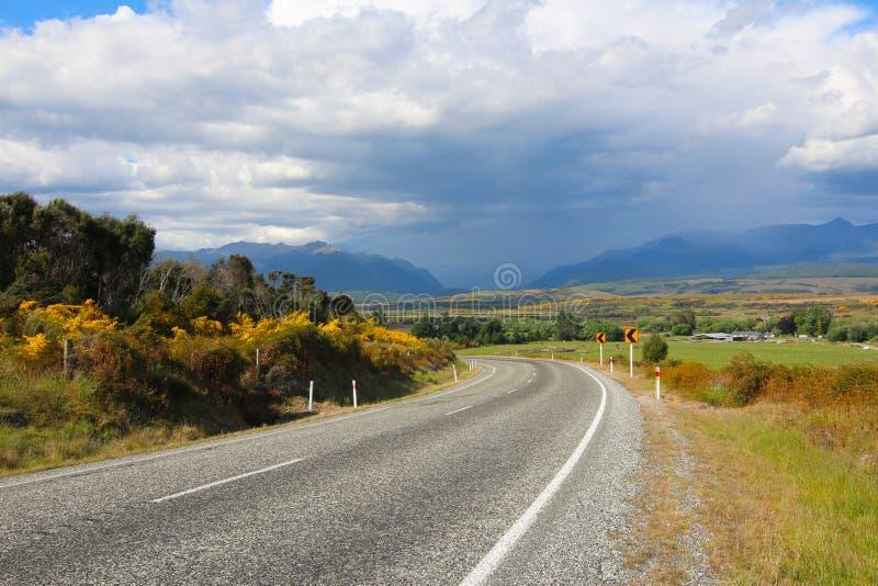 Landschaft entlang der Straße zu Milford Sound, Nationalpark Fiordland, Neuseeland stockbilder