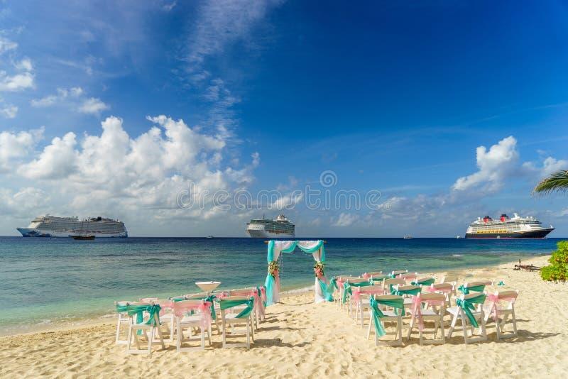Landschaft für eine Hochzeit auf dem Strand mit Kreuzfahrtschiffe im Hintergrund lizenzfreies stockbild