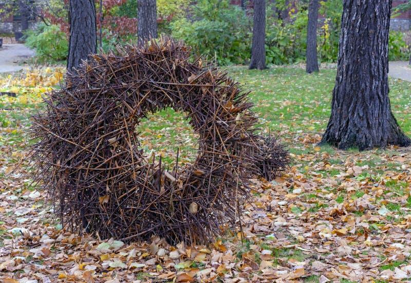 Landschaft in Form eines großen Kreises von trockenen Niederlassungen im Herbststadtpark stockfoto