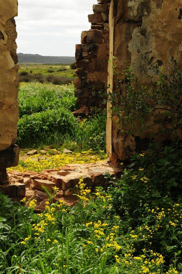 Landschaft gestaltet durch die Fensteröffnung einer aufgegebenen Ruine stockfoto