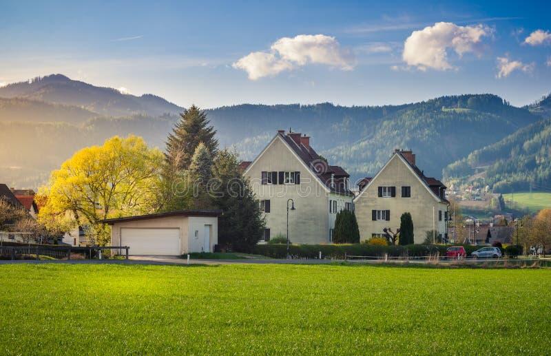 Landschaft haus auf Bergen Hintergrund und Sonnenuntergangbeleuchtung stockbilder