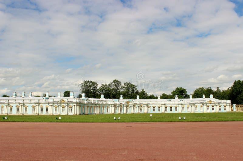 Landschaft im Park, im weißen Haus und im Himmel stockfotografie