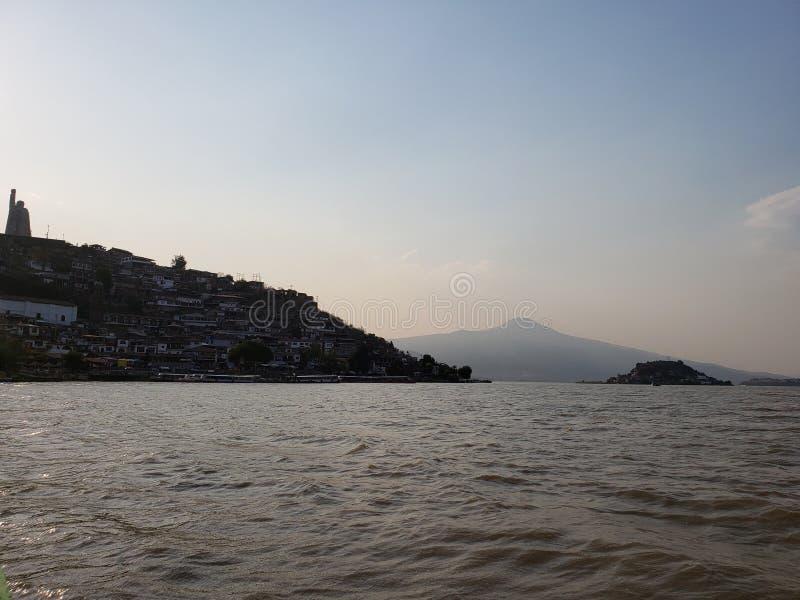 Landschaft im Patzcuaro See, Michoacan w?hrend des Sonnenuntergangs, der Reise und des Tourismus in Mexiko lizenzfreie stockfotos