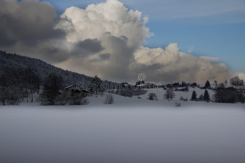 Landschaft im Schnee stockfotos
