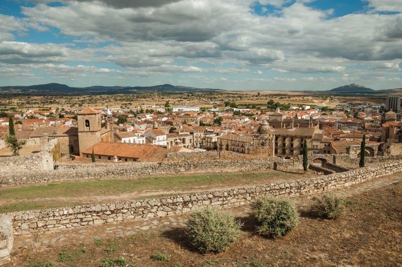 Landschaft mit Altbauten und Türmen in Trujillo lizenzfreie stockfotos