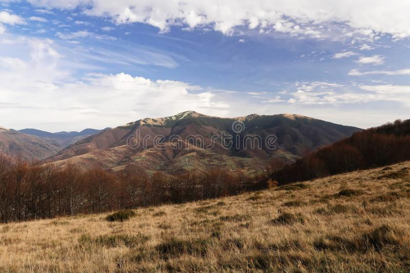 Landschaft mit Ansichten der Berge Um L 'Est-Gras lizenzfreie stockbilder