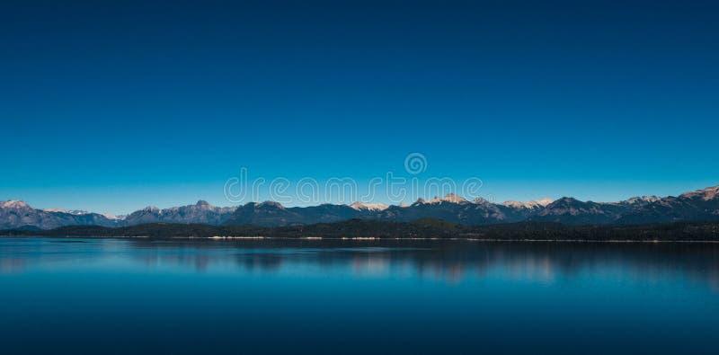 Landschaft mit Bäumen und Reflexion auf Wasser lizenzfreies stockbild