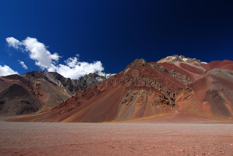 Landschaft mit Bergen und vulkanischem Boden lizenzfreies stockfoto