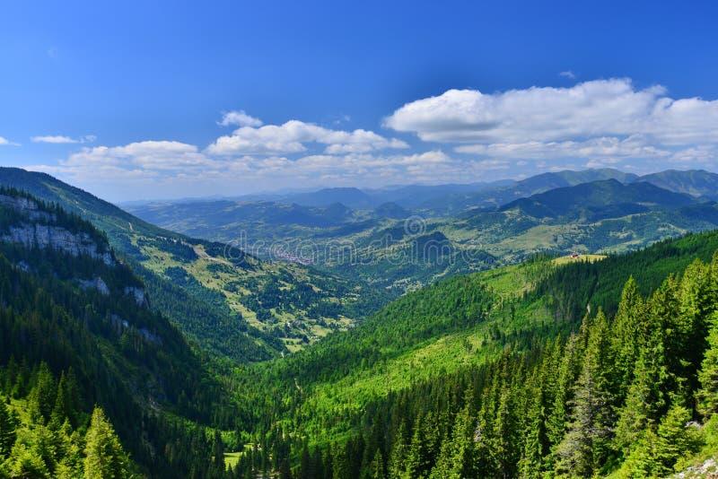 Landschaft mit Borsa-Stadt lizenzfreies stockfoto