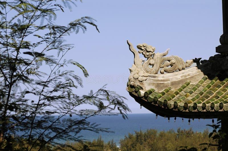 Landschaft mit chinesischem Tempel nahe Danang stockfotografie