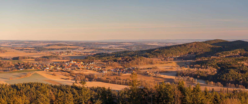 Landschaft mit Dörfern, Wäldern, Wiesen, Feldern und Hügeln lizenzfreie stockfotografie