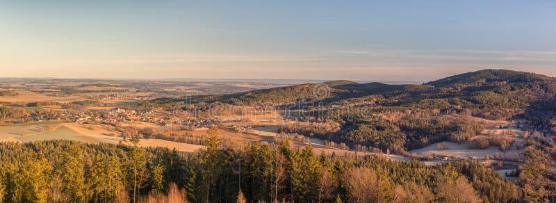 Landschaft mit Dörfern, Wäldern, Wiesen, Feldern und Hügeln stockfotografie