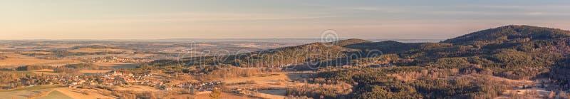 Landschaft mit Dörfern, Wäldern, Wiesen, Feldern und Hügeln lizenzfreie stockbilder