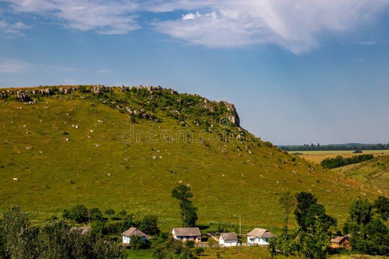 Landschaft mit dem ukrainischen Dorf an einem sonnigen Tag stockfoto