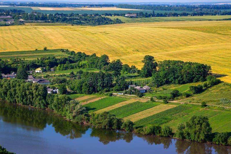 Landschaft mit dem ukrainischen Dorf an einem sonnigen Tag lizenzfreie stockfotos