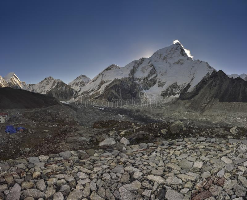 Landschaft mit den Himalajabergen im Hintergrund auf dem Weg zum niedrigen Lager Everest, lizenzfreie stockfotos