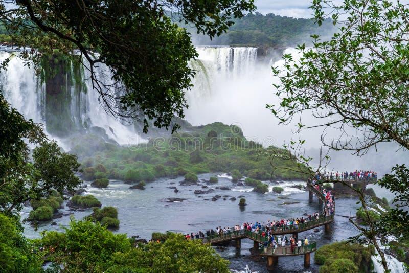 Landschaft mit den Iguazu-Wasserfällen in Brasilien, einer der größten Wasserfälle in der Welt lizenzfreie stockbilder