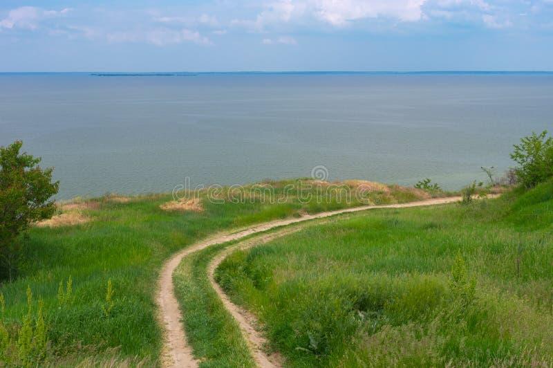 Landschaft mit einem Erdweg, der zu Kakhovka-Reservoir gelegen auf dem Dnipro-Fluss, Ukraine führt stockfotos