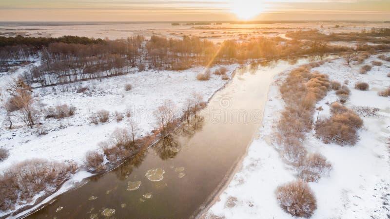 Landschaft mit einem Fluss Sonnenuntergang im Winter stockfoto