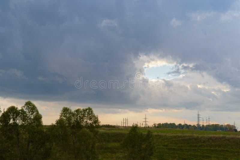 Landschaft mit einem Loch im Himmel stockfotografie