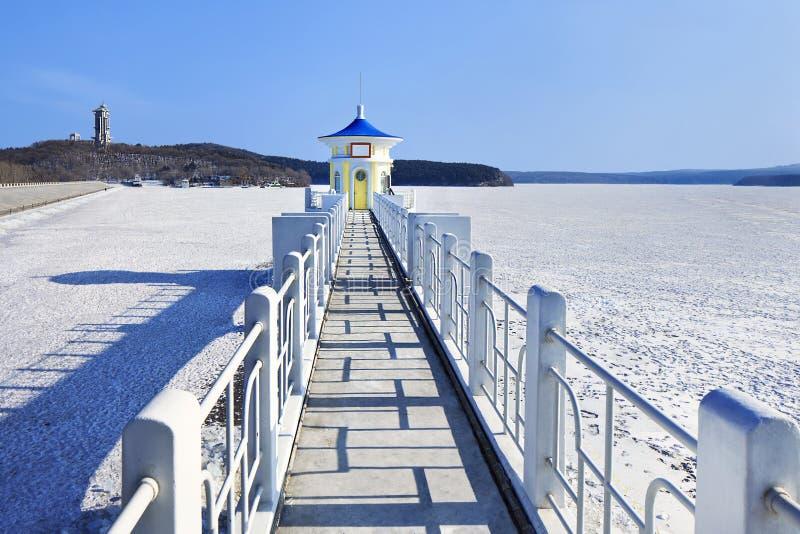 Landschaft mit einem Pier in einem gefrorenen See, Changchun, China stockfotografie