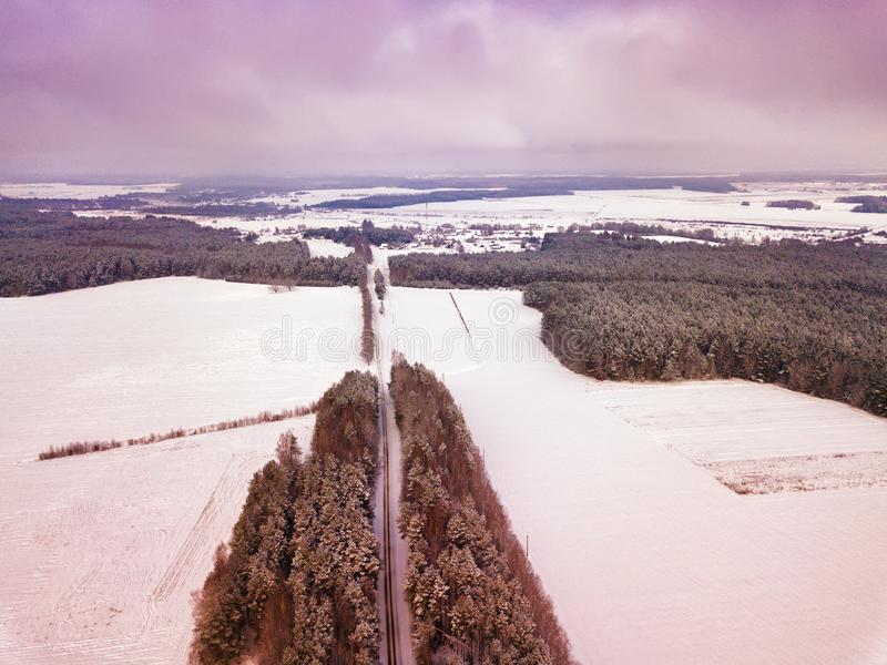 Landschaft mit Feldern, Wald, Wiese Ländliche Vogelperspektive des Winters stockbild