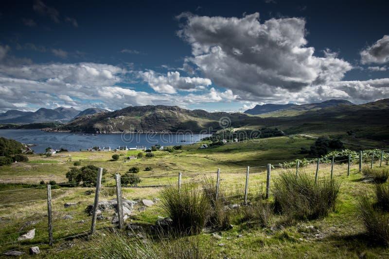 Landschaft mit Ferndorf an der Küste der Insel von Skye in Schottland lizenzfreies stockfoto