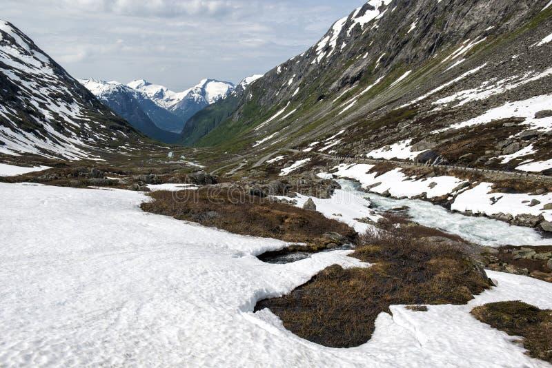 Landschaft mit Fluss, Schnee und Bergen Ansicht von der alten Strynefjell-Gebirgsstraße, nationale Touristenstraße, Norwegen lizenzfreie stockfotos