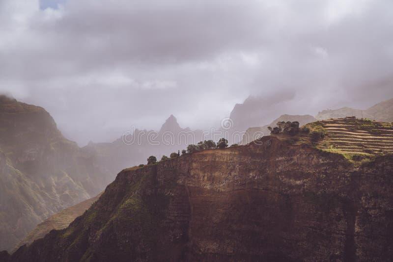 Landschaft mit Form von enormen Felsen und von Bewegung bewölkt Nebel auf Himmel Surrealer Moment vor einem Gewitter in den Berge stockbild