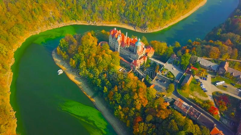 Landschaft mit Häusern und Bäumen || Ein schöner Schuss eines Dorfs auf dem Fluss POLEN 2018 stockfotos
