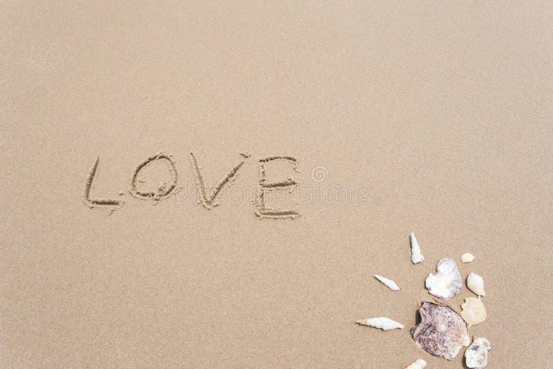 Landschaft mit Oberteilen auf tropischem Strand, Liebe stockfoto