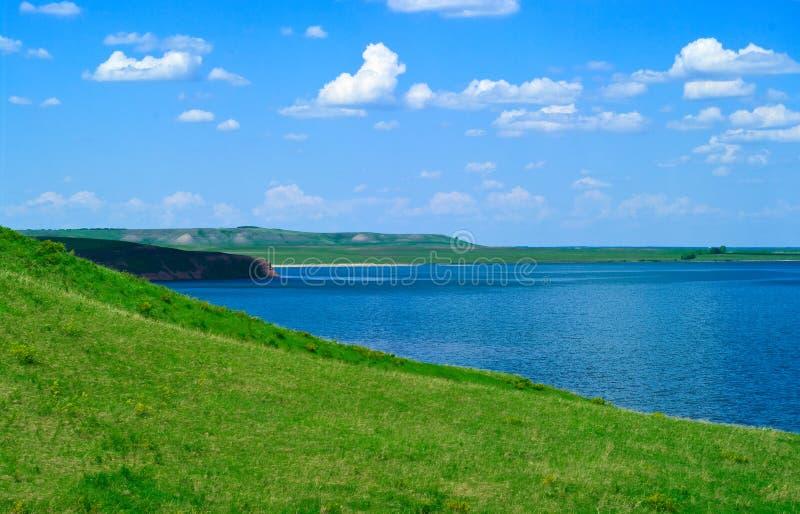 Landschaft mit ruhigem Wasser von See stockfotos