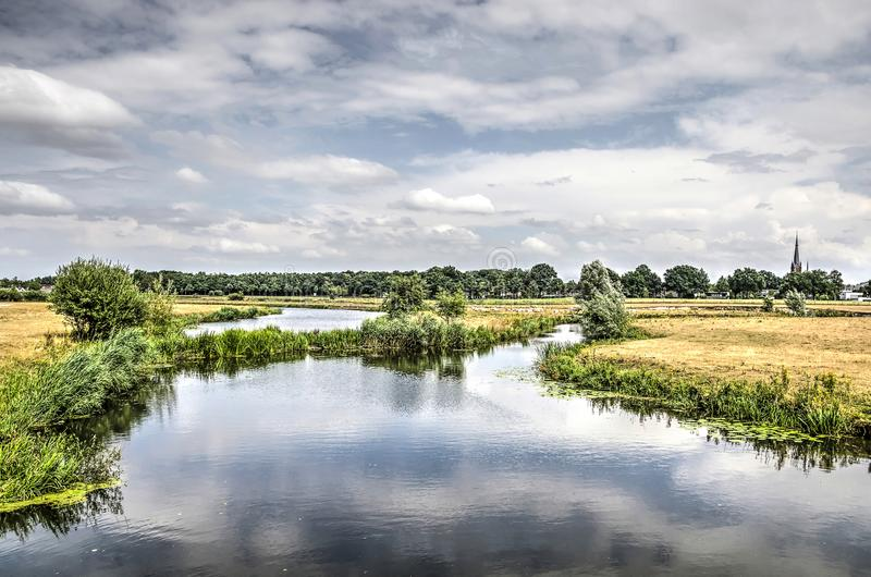 Landschaft mit schlängelndem kleinem Fluss lizenzfreie stockbilder