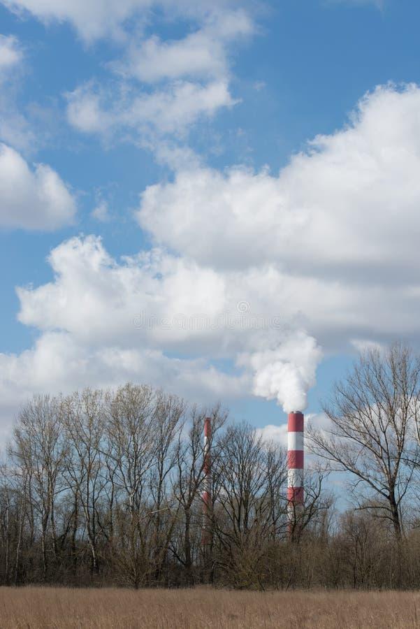 Landschaft mit Siekierki-Kraftwerk stockfoto