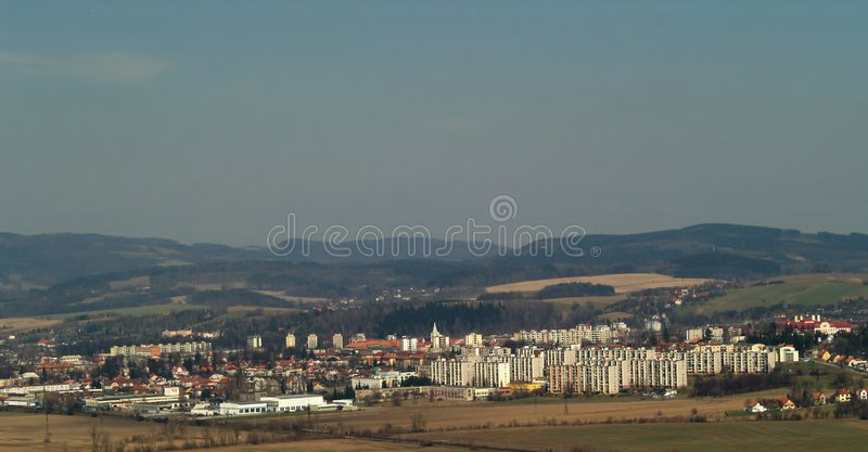 Landschaft mit Stadt stockbild