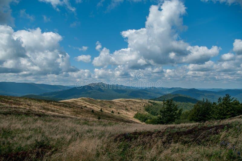 Landschaft mit Steinansicht vom Hügel stockfotografie