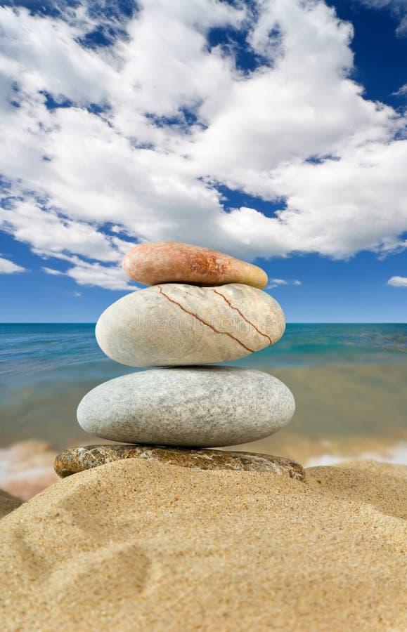 Download Landschaft Mit Steinen Auf Himmel Stockbild - Bild von platz, strand: 9099393
