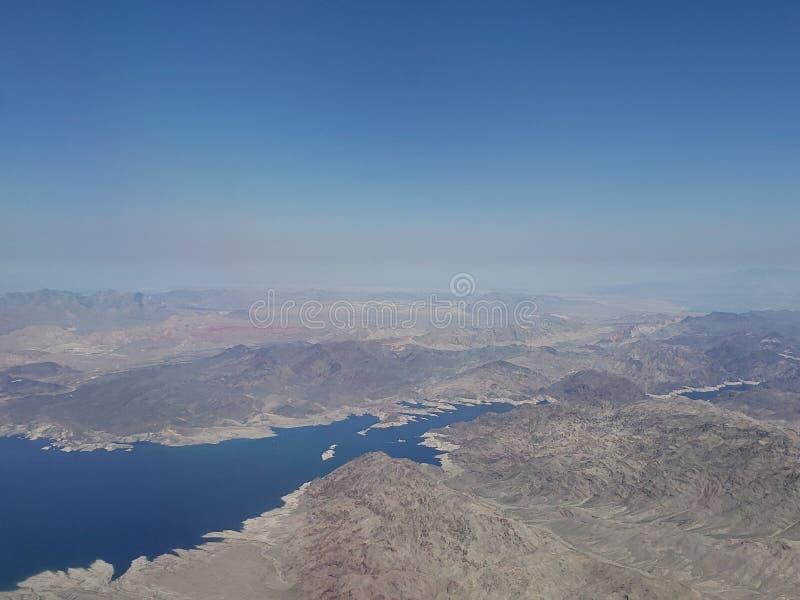 Landschaft mit Vogelperspektive von einem See in einem Wüstengebiet zwischen den Staat Arizonen und dem Nevada, in den Vereinigt lizenzfreie stockfotos