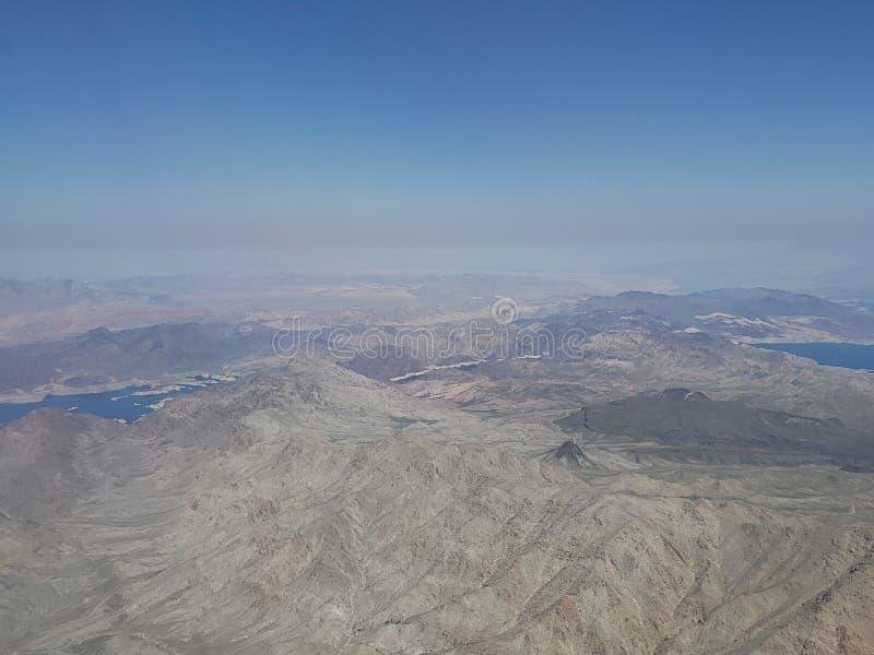 Landschaft mit Vogelperspektive von einem See in einem Wüstengebiet zwischen den Staat Arizonen und dem Nevada, in den Vereinigt lizenzfreies stockbild