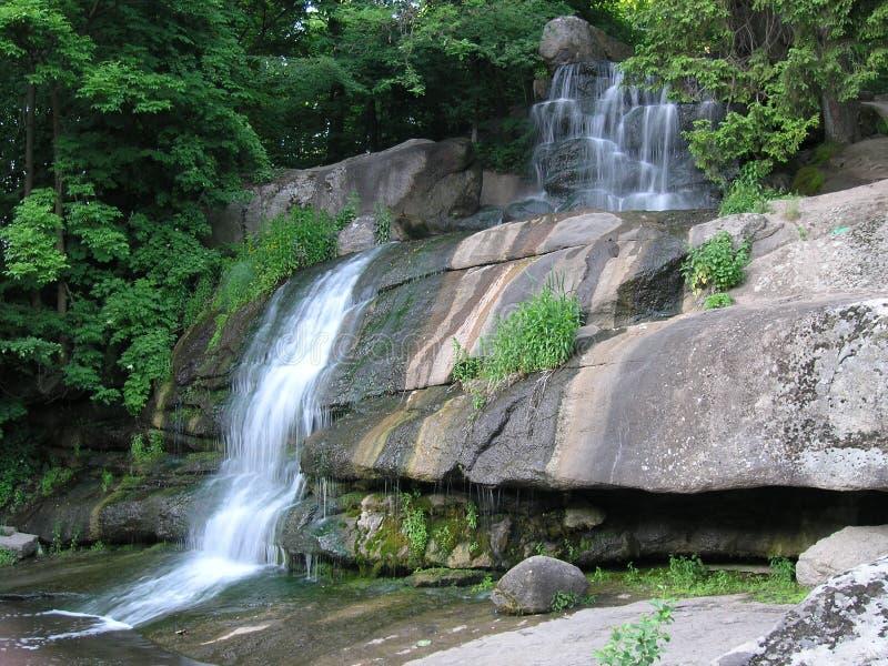 Landschaft mit Wasserfall stockfotografie