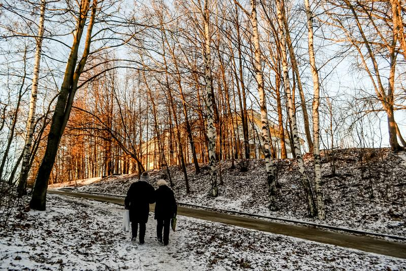 Landschaft mit zwei Leuten, die frühen Morgen gehen stockbild