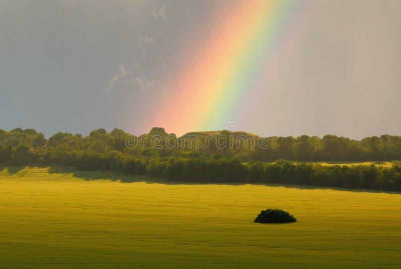 Landschaft und Regenbogen lizenzfreies stockbild