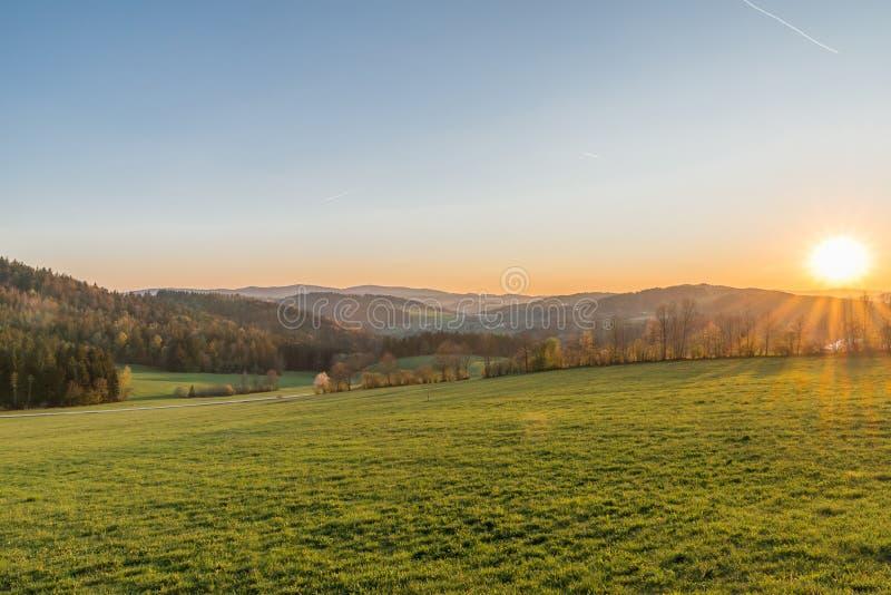 Landschaft und Sonnenuntergang nahe Grafenau, bayerischer Wald, Deutschland lizenzfreie stockfotos