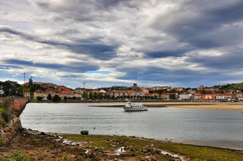 Landschaft und weiße Yacht in Stadt Spanien Sans Vicente de la Barquera stockfotografie