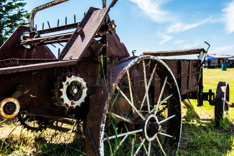 Landschaft von alten landwirtschaftlichen Maschinen stockbilder