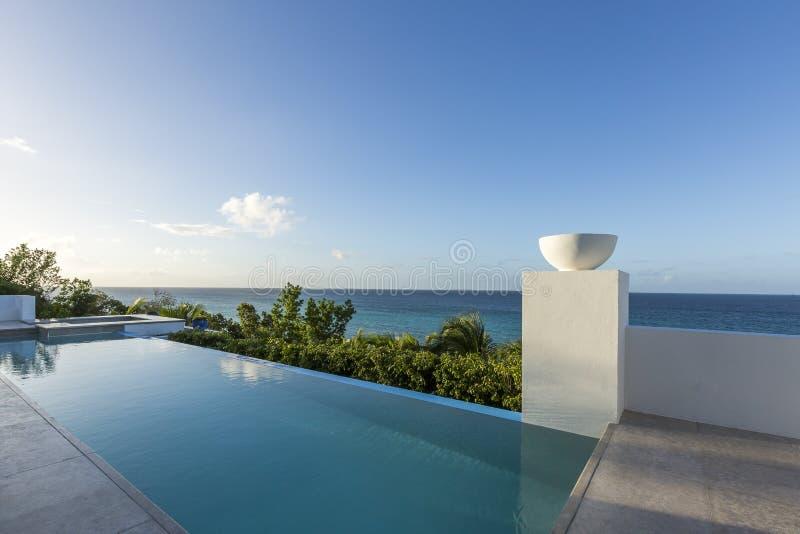 Landschaft von Anguilla-Strand in Karibischen Meeren lizenzfreie stockfotos