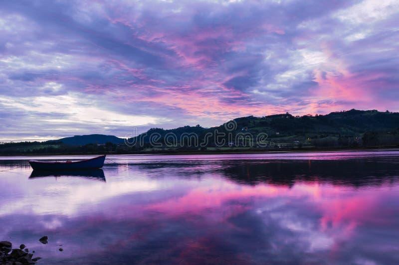 Landschaft von Asturien, Spanien Reflexion des einzelnen Bootes lizenzfreie stockfotografie
