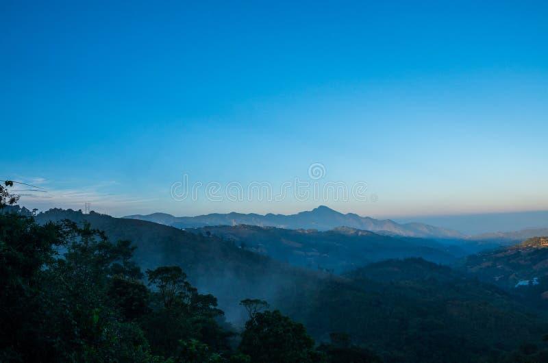 Landschaft von Bergen und von klarem Himmel stockfotografie