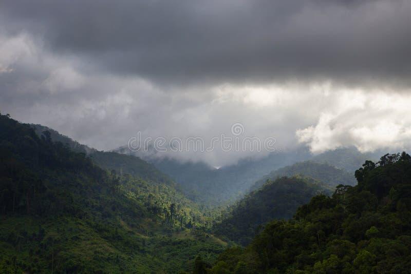Landschaft von Bergen und von Himmel stockfotos